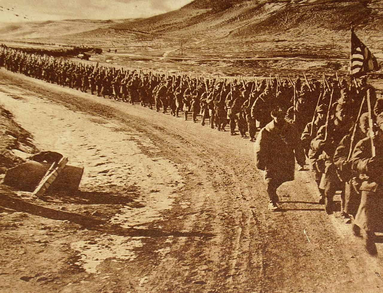 American troops walking along a road during World War 1