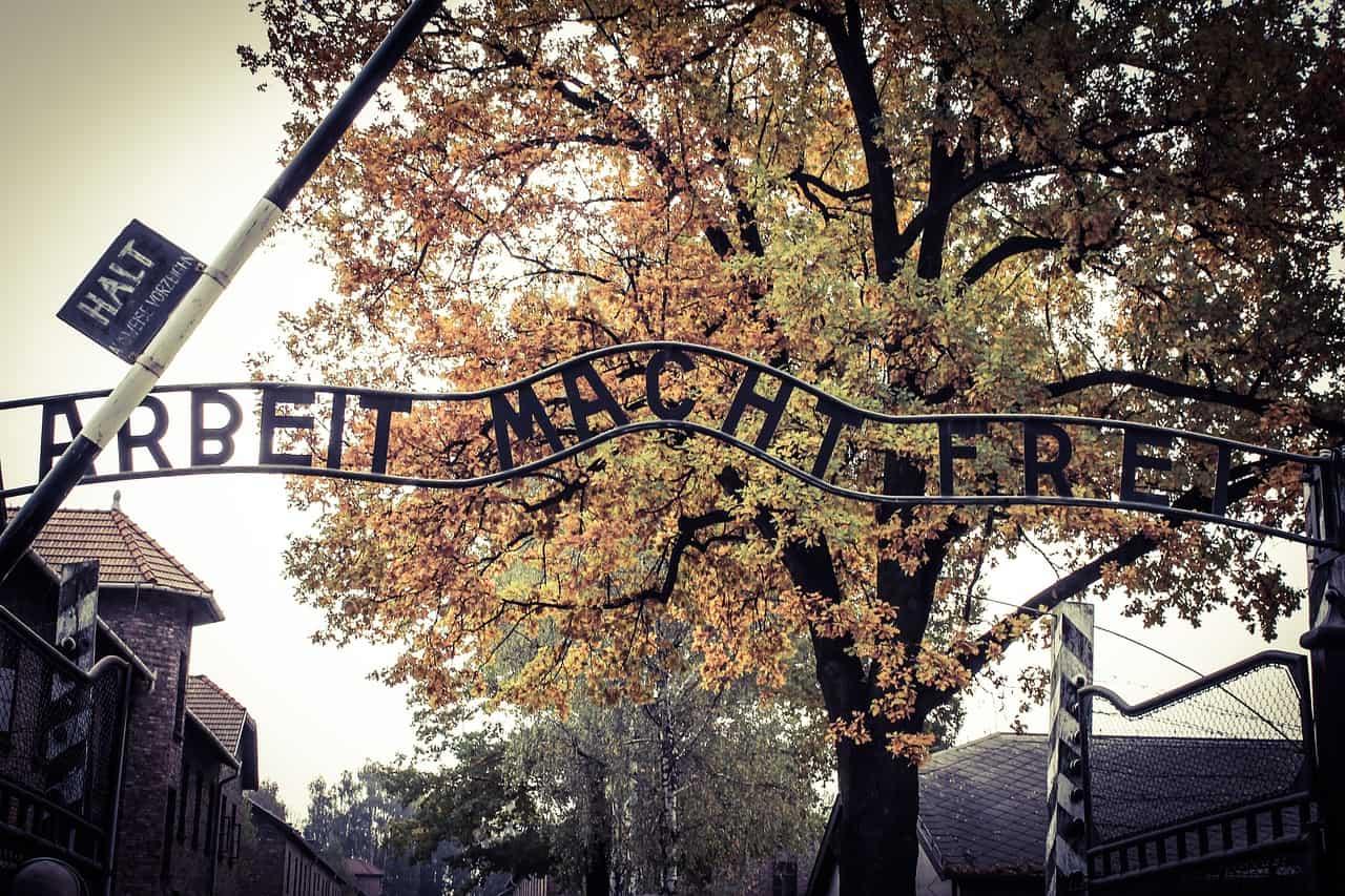 auschwitz gate slogan